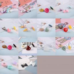 Set von 27 süßen Reißnägeln in Schachteln (Modell: Knöpfe rosa, gelb, grün)  - 2